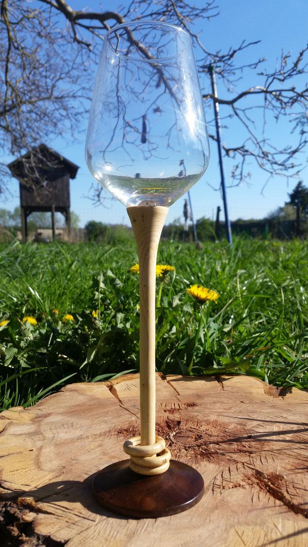 Weinglas - Stiel aus Erbsenstrauch mit 3 gefangenen Ringen, Fuß aus Nußbaum (H=ca 30cm)