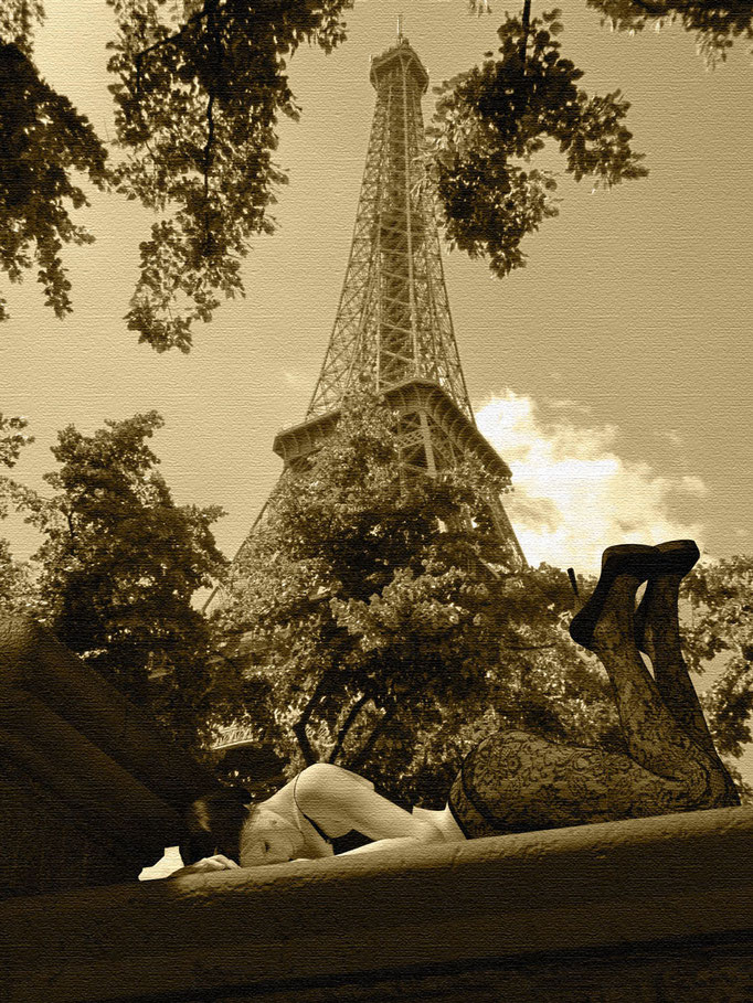 Weiblicher Akt liegend in schwarzen Dessous vor Eiffelturm, Kunst von Marcus Löhrer auf der Aachener Kunstroute 2019