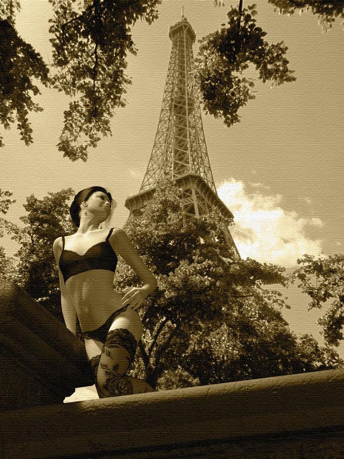 Weiblicher Akt in schwarzen Dessous vor Eiffelturm, Kunst von Marcus Löhrer auf der Aachener Kunstroute 2019
