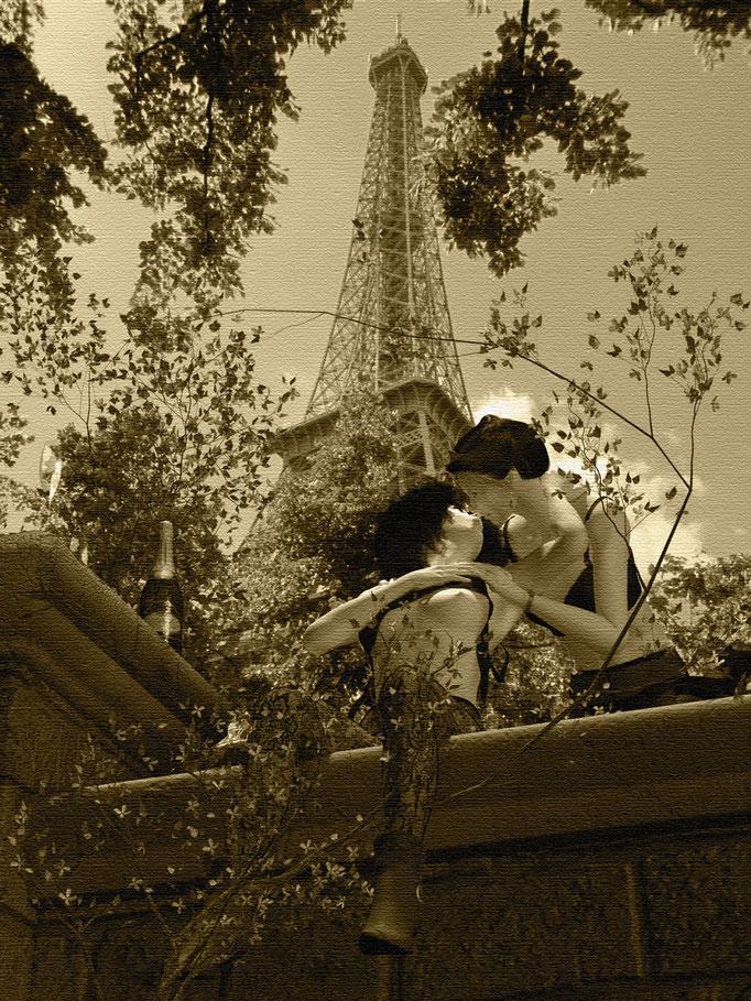 Zwei Mädchen, weiblicher Akt in schwarzen Dessous vor Eiffelturm, Frühling in Paris. Kunst von Marcus Löhrer auf der Aachener Kunstroute 2019