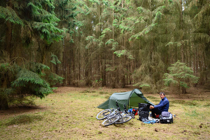Zeltplatz versteckt im Wald