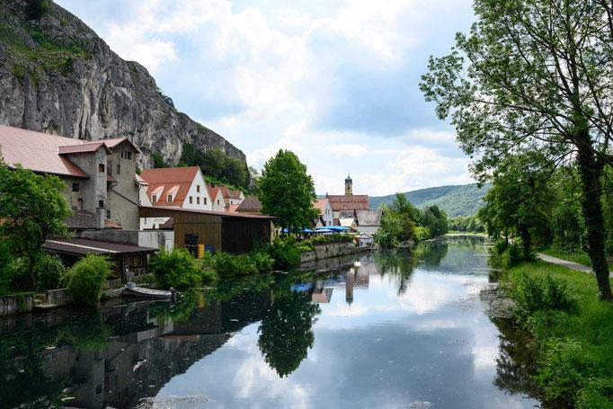 Mittelalerliches Dorf am Kanal