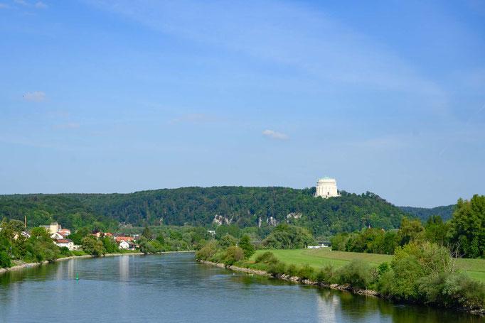 Donau mit Befreiungshalle im Hintergrund