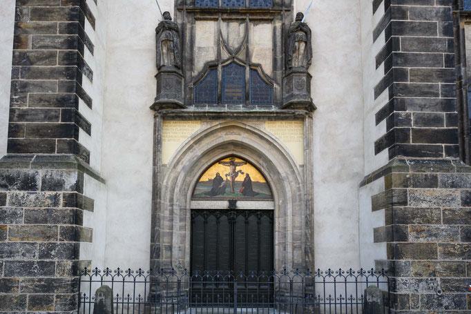 Kirchentor mit den Thesen von Luther