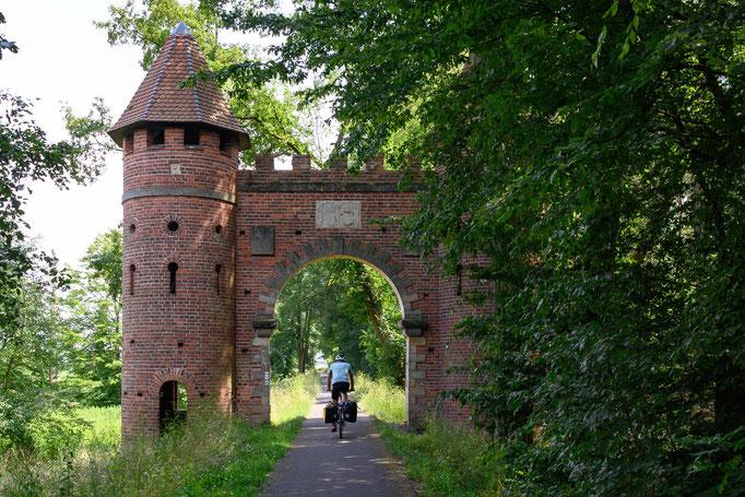 Wachturm und Tor mitten im Wald