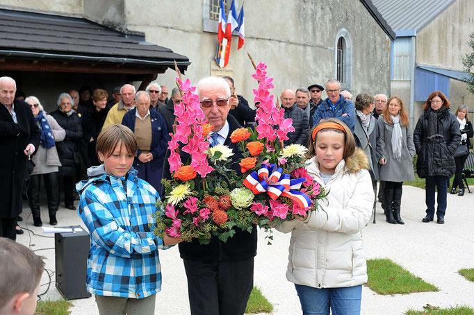 Dépôt de la Gerbe par le Président des Anciens Combattants accompagné par des enfants de l'école