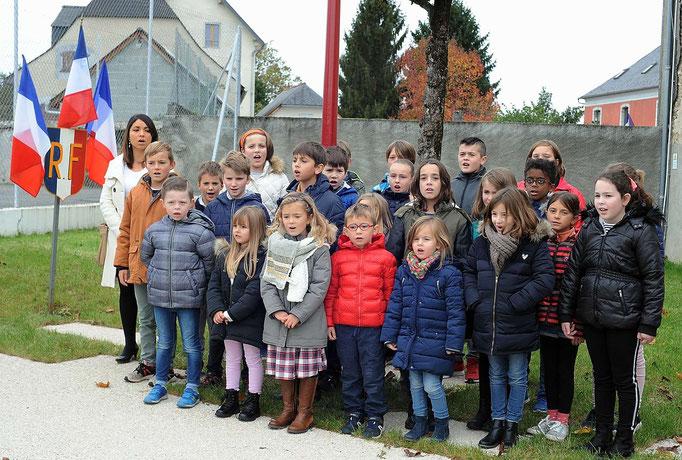 La Marseillaise interprétée par un groupe d'enfants et Madame la Directrice de l'école primaire