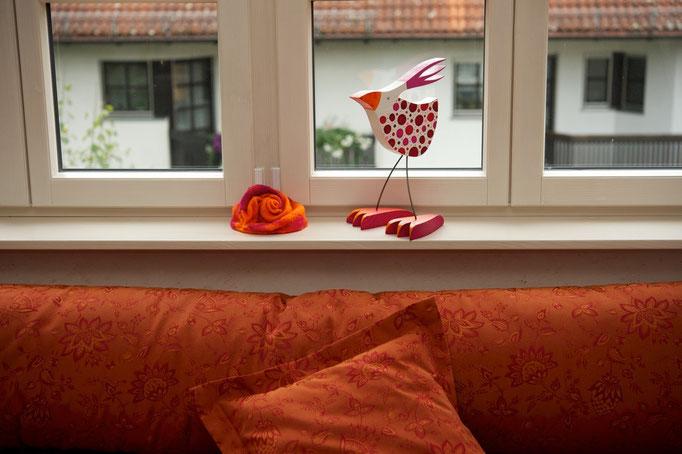 """kleiner Vogel stehend """"Fritzi"""" im neuen Zuhause"""