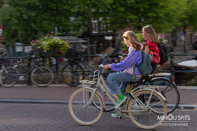 Fietsen op de Spiegelgracht in Amsterdam