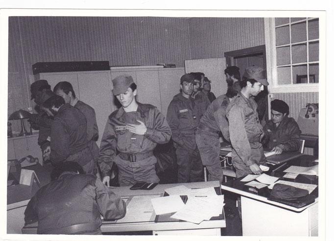 Au fond de la pièce à droite : LTN BECKENSTEINER, SGT DEMARCHI, CNE MEJEAN, LTN ESCOFFIER, GENOUX  (barbu) et assis CBA BOUTEILLÉ/299-Printemps 1983