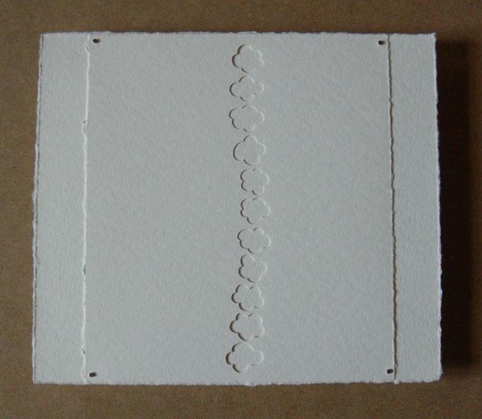 fleurs sur blanc • Scherenschnitt 2016 • Aquarellkarton, Magnete • 24 x 28 cm