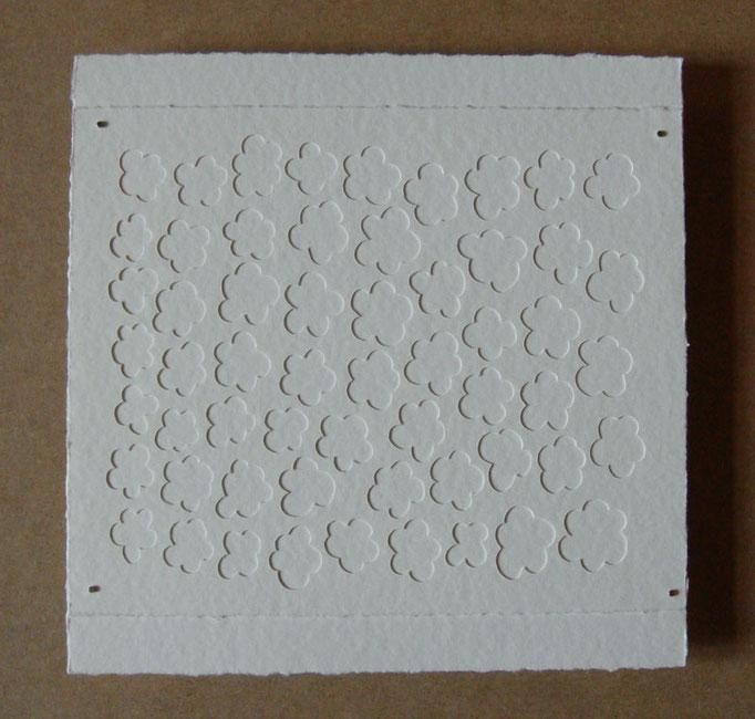 fleurs sur blanc • Scherenschnitt 2016 • Aquarellkarton, Magnete • 28 x 28 cm