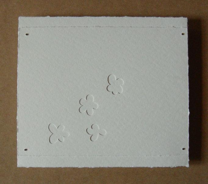 quatre fleurs sur blanc • Scherenschnitt 2016 • Aquarellkarton, Magnete • 25 x 28 cm