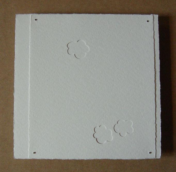 trois fleurs sur blanc • Scherenschnitt 2016 • Aquarellkarton, Magnete • 28 x 28 cm