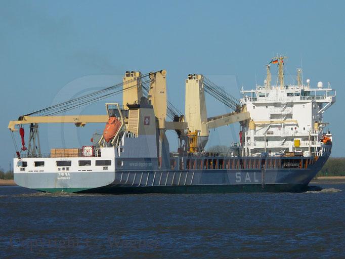Heavy Lift Vessel TRINA im morgendlichen Sonnenlich auf der Elbe
