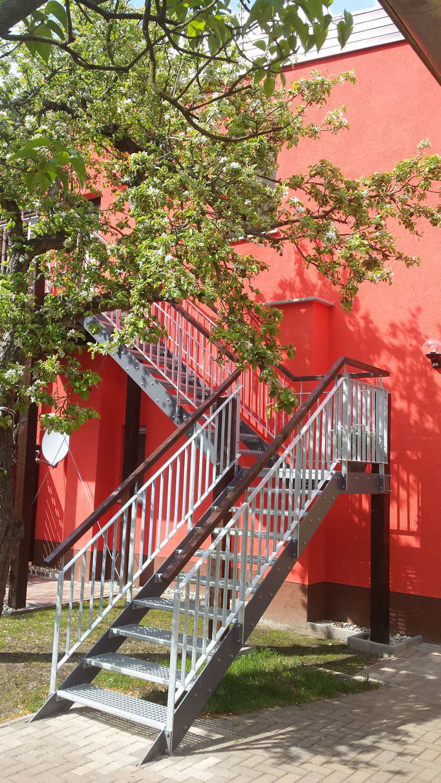 Aussenanlagen Außentreppe Stahltreppe Anbau Treppenbau Treppe Geländer Geländerbau Anlagenbau Stahlbau Metallbau