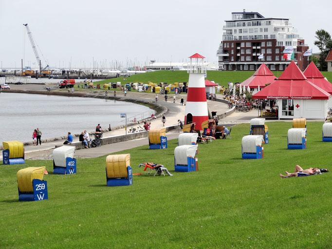 Mit dem Rad durch den Hafen von Cuxhaven