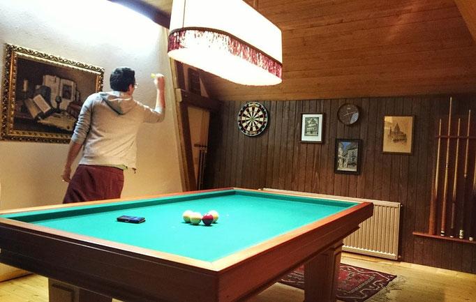 Billard Zimmer mit Dartscheibe, Zugang über Tenne