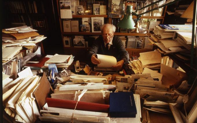 Дми́трий Серге́евич Лихачёв — советский и российский филолог, культуролог, искусствовед. Фотограф — Лев Шерстенников