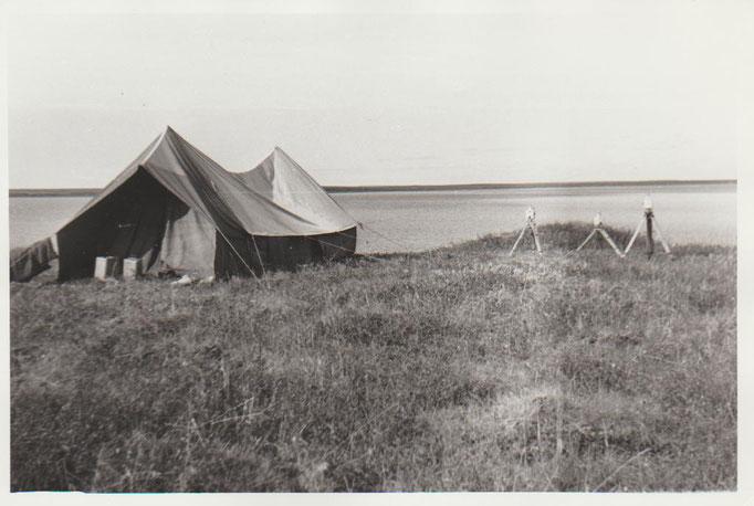 Палатка Сергея Яснопольского на берегу озера. Якутия, поиск месторождений алмазов