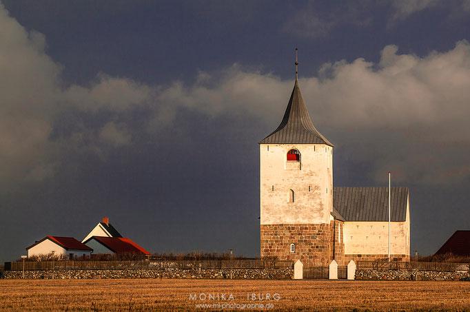 Fjaltring Kirke, nahe dem 40m hohen Klint Bovbjerg