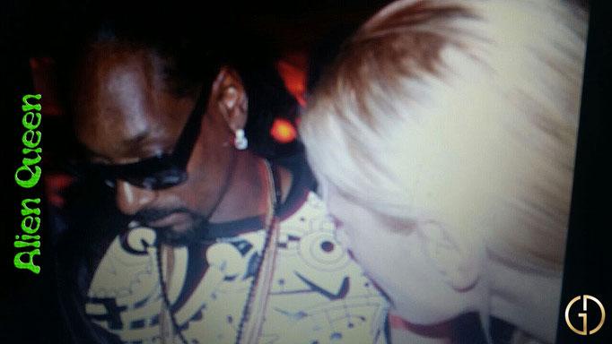 Do it in the Snoop Dogg Style. Download Alien Queen. Mache es im Snoop Dogg Style. Lade Alien Queen runter. A memorable meeting. Ein denkwürdiges Treffen.