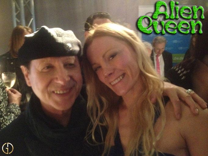 "Also the legendary Scorpions (""Wind of Change"") do not pass Alien Queen. Auch die legendären Scorpions (""Wind of Change"") kommen nicht an Alien Queen vorbei."