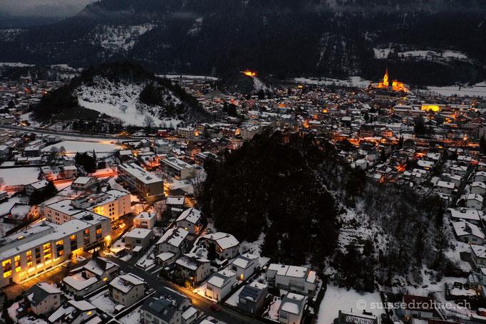 Domat/Ems mit Tumas (Hügeln) und Kirche