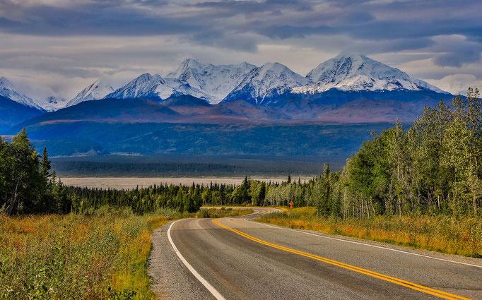 Alaska Highway mit Alaska Range