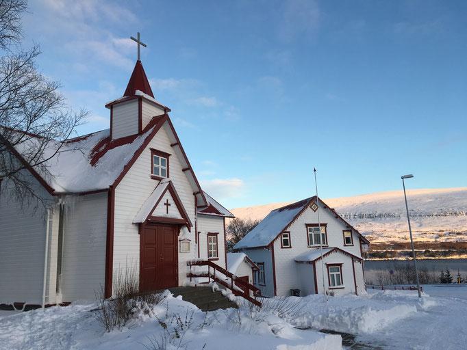 Die katholische Kirche und das Pfarrhaus in Akureyri