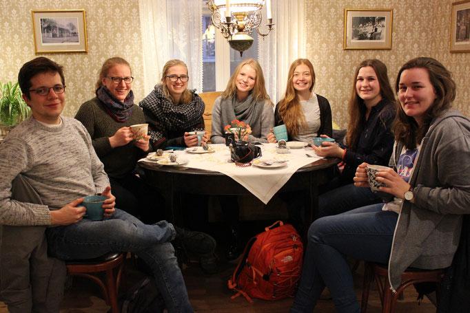 Kaffeetrinken auf den Åland-Inseln: Marius Retka, Anna Nick, Magdalena Kollbeck, Elisabeth Schwake, Pia Wittek, Miriam Schmelz und eine Studentin