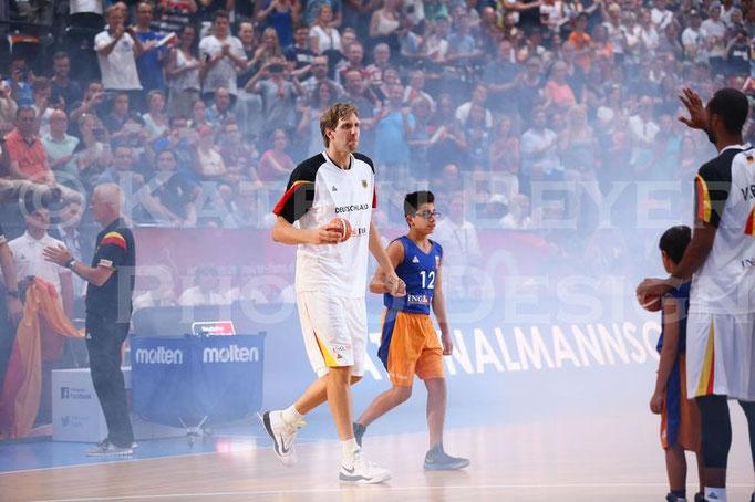 Einlauf Dirk Nowitzki mit Ballkind