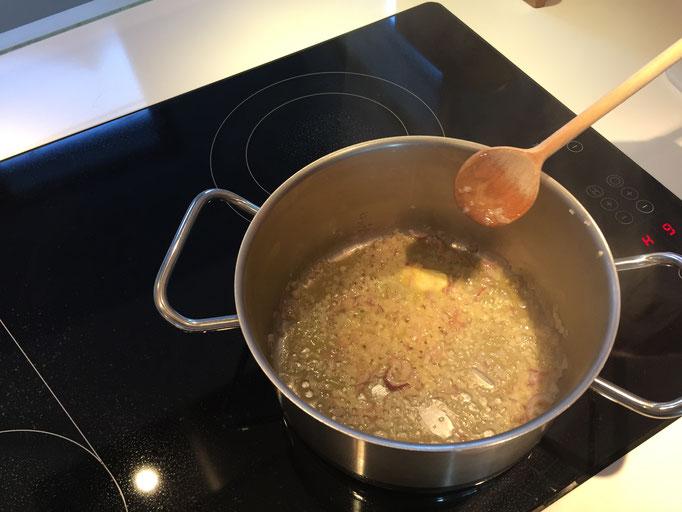 Zwiebeln in Butter anschwitzen