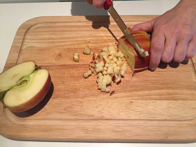 Apfel in kleine Würfel schneiden