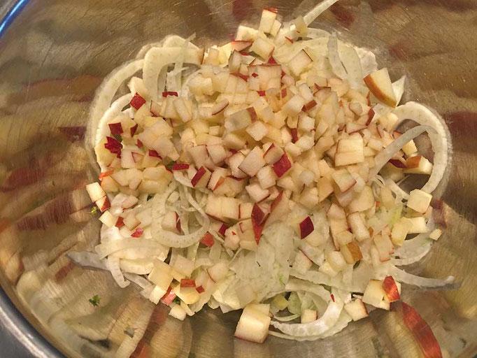 Fenchel, Apfel, Essig und Öl mischen