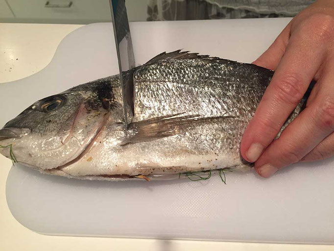 Fischhaut einschneiden