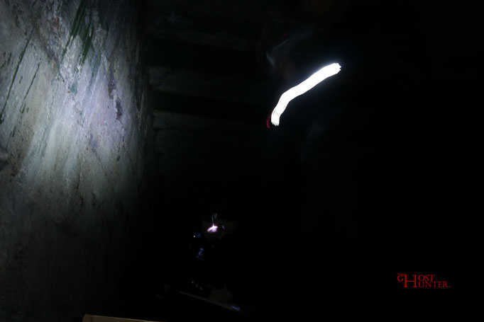 Auch hier handelt es sich um einen Fotofehler mit interessantem Ergebnis. Der leuchtende Wurm ist LED-Licht.