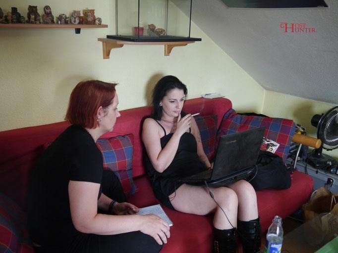 Sandrina und Angelika bei der Audio-Auswertung