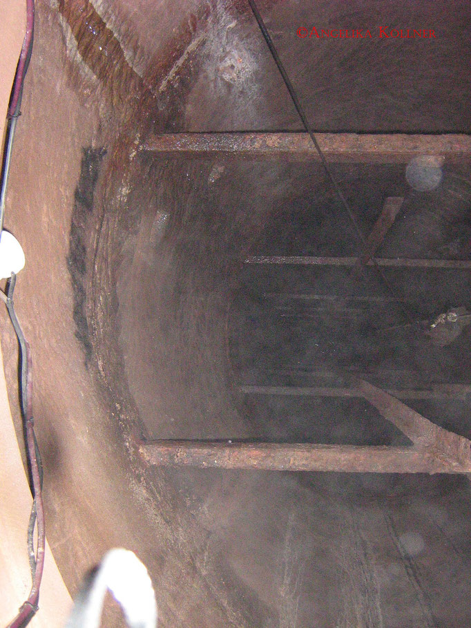 Blick in den Brunnen mit den durch Feuchtigkeit entstehenden Phänomene #Bitche #paranormal #ghosthunters