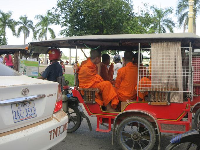 Ganz viele Mönche in einem TukTuk