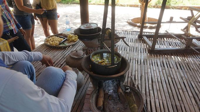 Die heilen Kokons werden gekocht, um die Raupen zu töten
