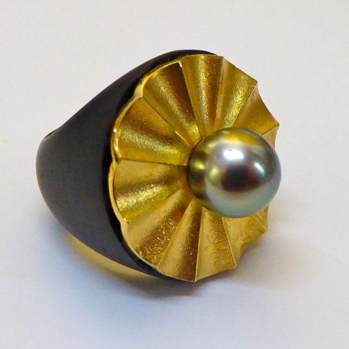 Ring mit Tahitiperle & Carbon, Gelbgold 750 (zusätzlich vergoldet)