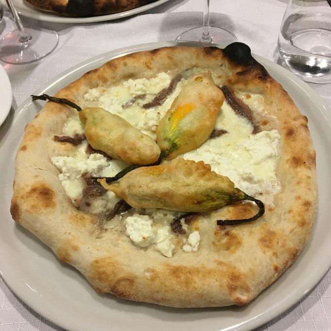 Pizza mit gefüllten Zucchiniblüten in der Osteria Al Vecio Forno, Venedig