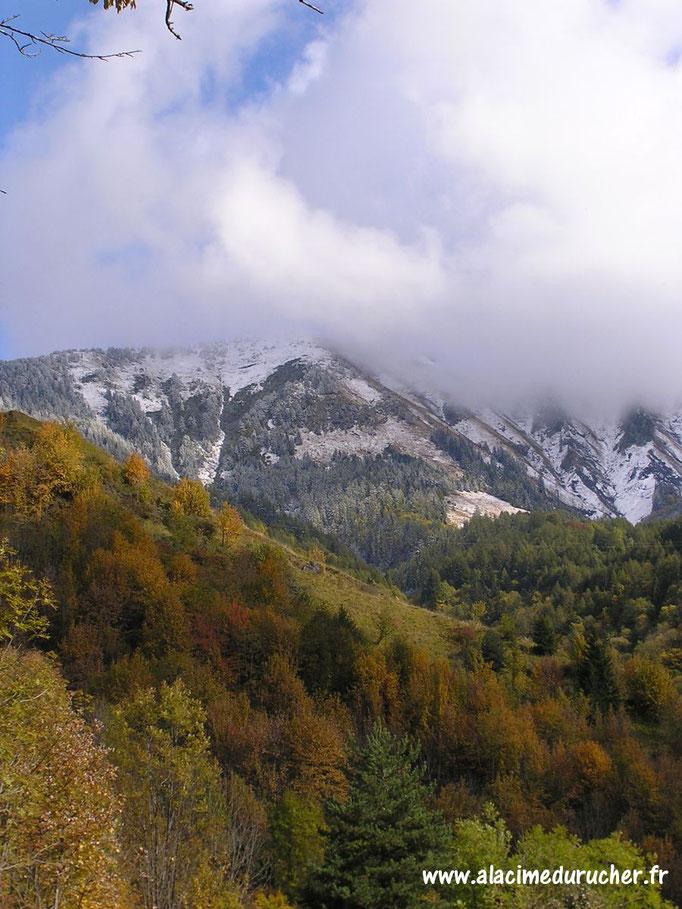 Le mont Tissot sous les nuages en fin d'automne