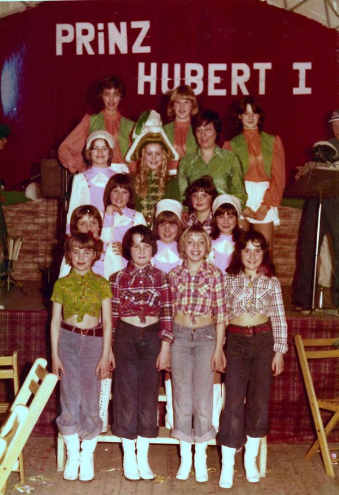 1977 - Aufstellung für die Kinder- Juniorengarde der KG