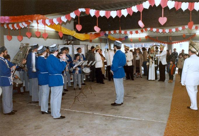 1984 - Prinzenwagenübergabe im Autohaus Wunsch - Tamborcourps Alte Kameraden Birgel
