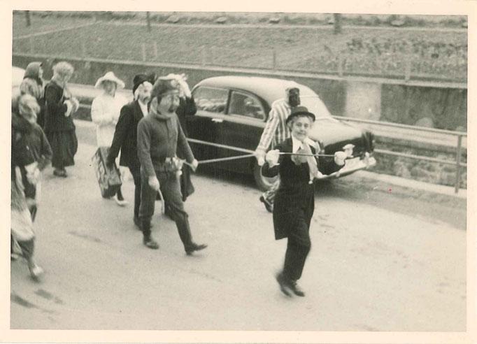 """1963 -""""Tante"""" Billa Hansen in ihrem Element (Mutter des Prinzen von 1966 und Gründungsmitglied der Pappmule)"""