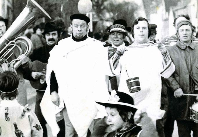 1975 - Abmarsch zur Bachtaufe - als Täufer agieren Heinz Decker und Wilfried Müller I.