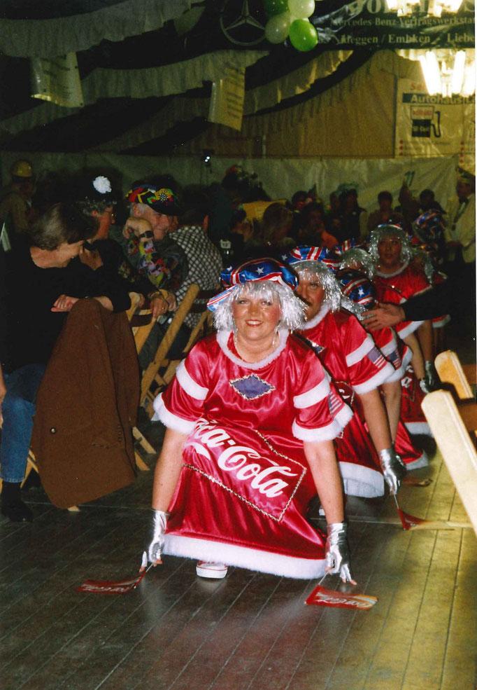 2004 - Pappmule in Erwartung ihres Auftritts