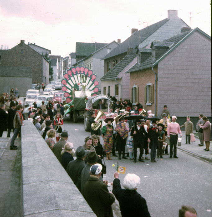 1972 - Tamborcourps mit Unterstützung von Tröte Nöll im Umzug